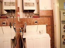 Trubky, dráty, hadice... Tak vypadala koupelna.