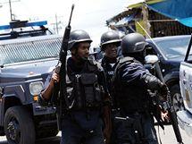 Jednotky policie a armády bojují v jamajské metropoli Kingstonu s gangy drogového bosse. (26. května 2010)
