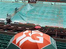 Kurty na Roland Garros jsou zmáčeny deštěm.