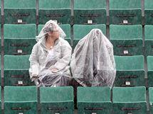 NEJVYTRVALEJŠÍ. Dva diváci doufají v konec deště a začátek tenisu na Roland Garros.