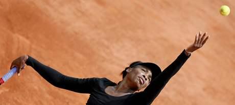 Americká tenistka Venus Williamsová podává při zápase s Ruskou Petrovovou.