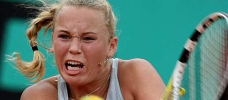 Dánská tenistka Caroline Wozniacká returnuje při utkání s Italkou Pennettaovou.