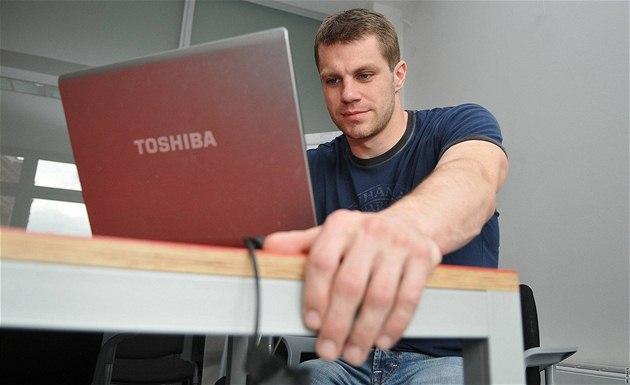 Zlatý medailista leto�ního mistrovství sv�ta v ledním hokeji a úto�ník brn�ské Komety Petr hubá�ek p�i on-line rozhovoru na iDNES.cz