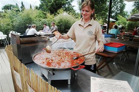 V rámci křestu malé gorilky se vařily i africké speciality