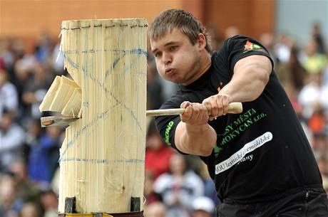 Zdeněk Maťha z Oseku u Rokycan přesekává vestoje na prkně topolový blok na čas při disciplíně spring board