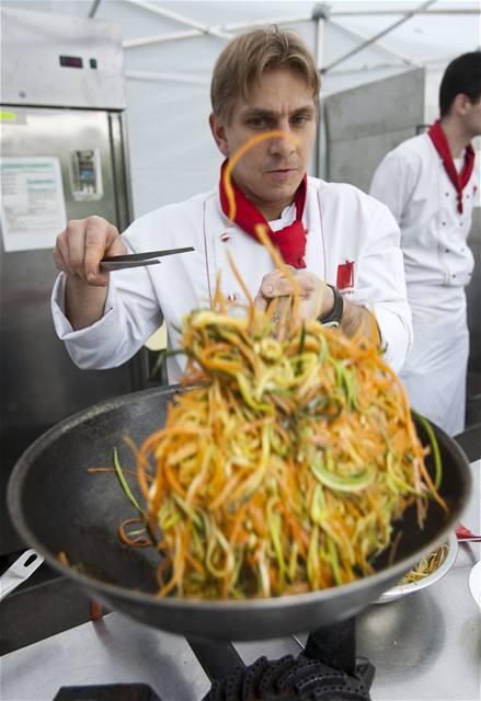 Kuchaři předvedli své umění přímo ve stáncích.
