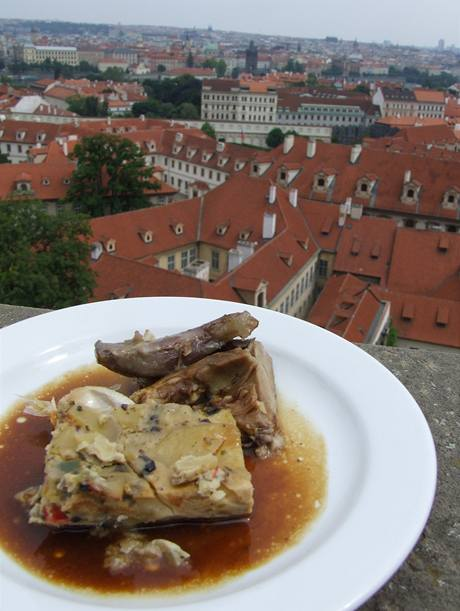 Panorama Prahy dotvářelo gurmánskou atmosféru.
