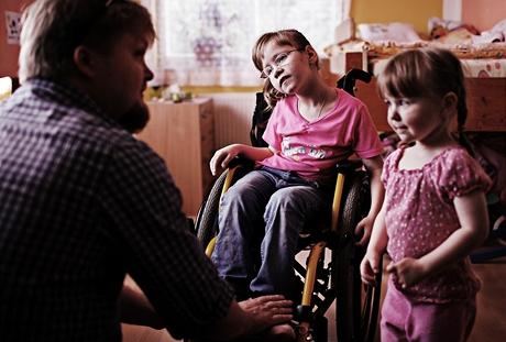 Terezka je upoutaná na invalidní vozík - osmiletá tělesně postižená holčička konečně našla novou rodinu