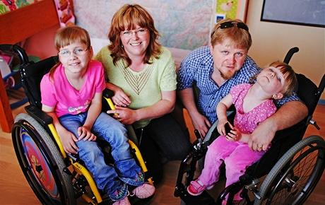 Terezka s adoptivními rodiči a jejich dcerkou Eliškou - osmiletá tělesně postižená holčička konečně našla novou rodinu