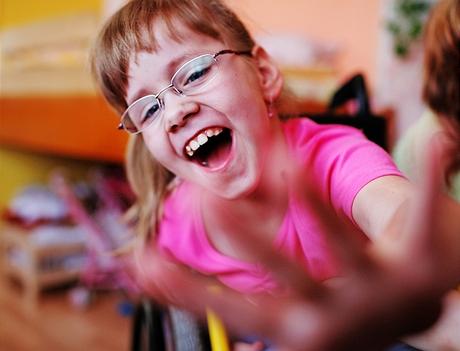 Terezka - osmiletá tělesně postižená holčička konečně našla novou rodinu