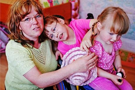 Terezka se svou adoptivní maminkou a sestřičkou - osmiletá tělesně postižená holčička konečně našla novou rodinu
