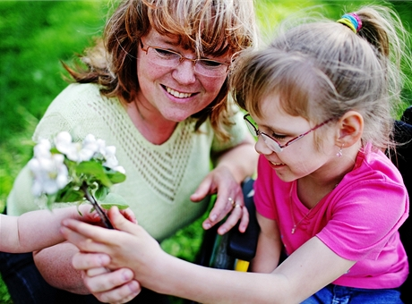Terezka se svou adoptivní maminkou - osmiletá tělesně postižená holčička konečně našla novou rodinu