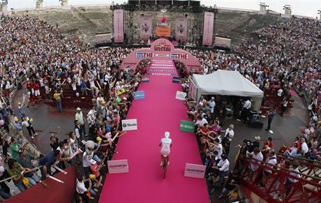 Vítěz závodu Giro d'Italia, Ivan Basso, přijíždí na vyhlášení výsledků ve Veroně.