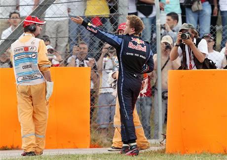 Sebastian Vettel gestikuluje po kolizi s t�mov�m kolegou Webberem p�i Velk� cen� Turecka.