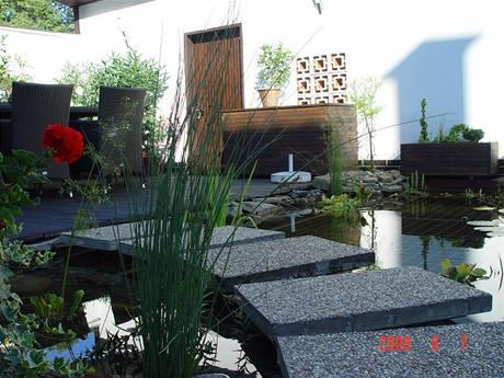 Terasa se zahradním jezírkem