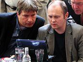 Roman Onderka (vlevo) a Michal Hašek ve volebním štábu ČSSD v Praze  (29. května 2010)