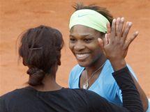 Venus (zády) a Serena Williamsovy během čtyřhry na Roland Garros 2010