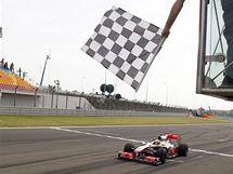 Britský pilot stáje McLaren Mercedes Lewis Hamilton protíná jako první cílovou pásku Velké ceny Turecka.