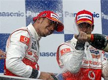 Jenson Button z McLarenu kropí šampaňským svého stájového kolegu a vítěze Velké ceny Turecka, Lewise Hamiltona.