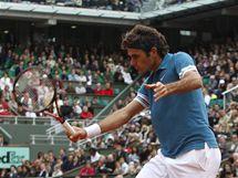 Švýcarský tenista Roger Federer returnuje během zápasu s krajanem Stanislasem Wawrinkou na French Open.