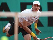 Tomáš Berdych podává proti Murraymu.