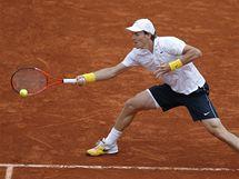 Český tenista Tomáš Berdych se soustředí na odehrání míče v zápase s Andym Murraym na French Open.
