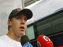 Sebastian Vettel mluví před motorhomem Red Bullu po Velké ceně Turecka o kolizi s týmovým kolegou Webberem.
