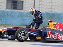 Sebastian Vettel vystupuje po kolizi s týmovým kolegou Webberem ze svého monopostu.
