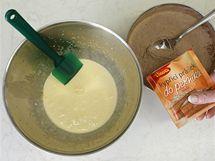 Smíchejte mouku s kakaem, kypřicím práškem a práškem do perníku a vzniklou sypkou směs stěrkou zvolna zapravte do žloutkové pěny.