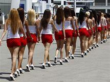 Zástup modelek kráčí do paddocku před startem Velké ceny Turecka.
