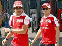 Jezdci Ferrari Fernando Alonso (vlevo) a Felipe Massa před startem Velké ceny Turecka.