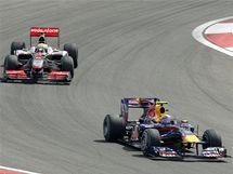 Mark Webber před Lewisem Hamiltonem při Velké ceně Turecka.