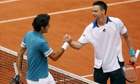 Roger Federer (vlevo) gratuluje svému přemožiteli Robinu Söderlingovi, který ho porazil v semifinále Roland Garros.