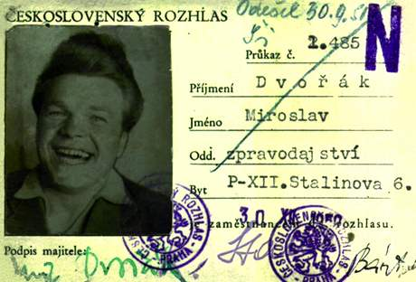 Novinářský průkaz Miroslava Dvořáka, původně příslušníka SNB, od roku 1949 rozhlasového redaktora, který se podílel na rozhlasovém zpravodajství z procesu s M. Horákovou a spol.