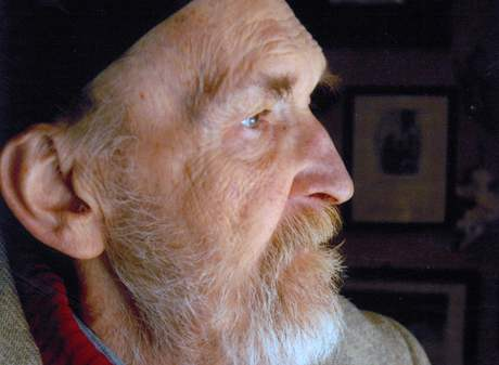 Egon Bondy v kavárně U anjelou v Bratislavě v roce 2006, rok před smrtí.