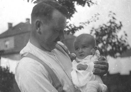 Jan Fišer s Malým Zbyňkem, tedy příštím Egonem Bondym, červenec 1930