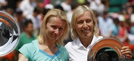 Jana Novotná (vlevo) a Martina Navrátilová pózují s trofejemi pro vítězný pár turnaje legend ve čtyřhře na Roland Garros.