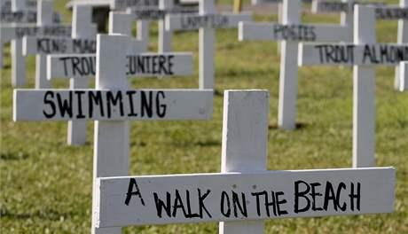 Symbolický hřbitov na ostrově Grand Isle, který vyjmenovává, o co přišli místní obyvatelé kvůli ropné skvrně (1. června 2010)