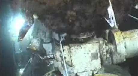 Snímek ze sobotního rána (5. června 2010) zachycuje únik ropy po nasazení krytu na rozbitý vrt v Mexickém zálivu