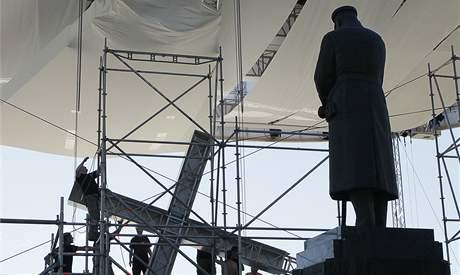 Pracovníci vztyčují kříž u oltáře, kde se má v neděli konat blahořečení Jerzyho Popieluszka (4. června 2010)