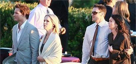 Herci ze seri�lu Beverly Hills 90210 Jennie Garthov� (vlevo) a Brian Austin Green (vpravo) na svatb� Iana Zieringa.