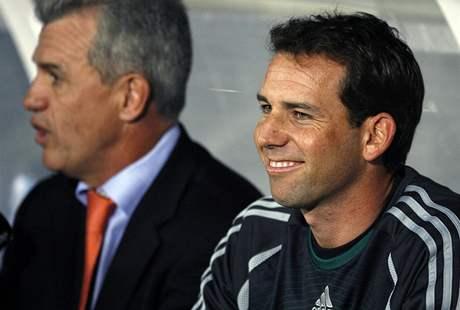 Španělský golfista Sergio García (v popředí) a mexický fotbalový trenér Javier Aguirre v charitativním zápase Zidane vs. Ronaldo.