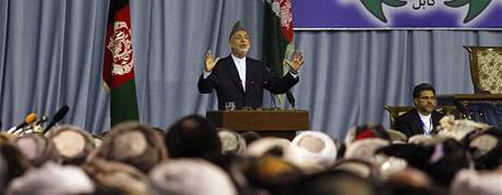 Prezident Hamíd Karzáí řeční před delegáty Lója džirgy (2. června 2010)