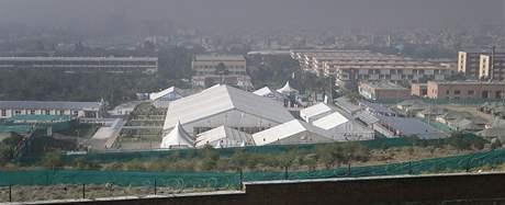Zasedání až 1600 delegátů Lója džirgy se odehrává v obřím šapitó poblíž kábulské univerzity (2. června 2010)