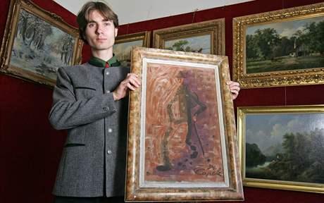 Obraz Josefa Čapka Poutník vydražený v akčním domě Zezula za téměř dva miliony korun. Obraz na snímku drží Antonín Zezula.