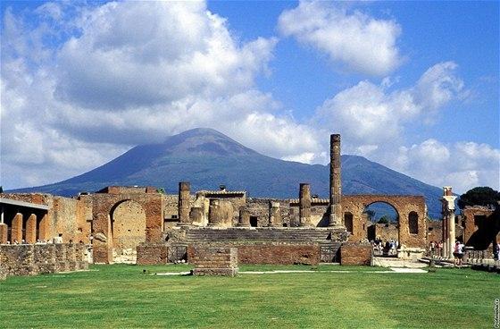 Vesuv, v popředí Pompeje