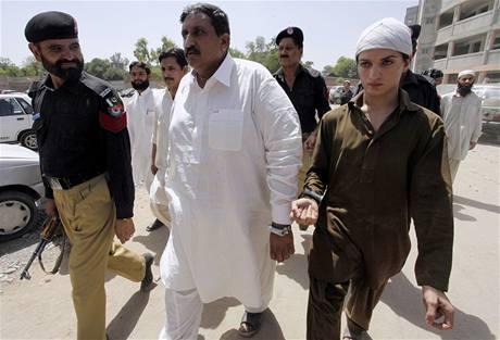Pákistánská policie zaktla Malika Muhammada Ikbala a Raniho (vpravo) na údajné homosexuální svatbě (2. června 2010)