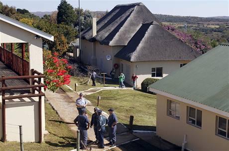 Jihoafričtí policisté v hotelovém areálu Nutbush, kde byli přepadeni tři novináři (9. června 2010)