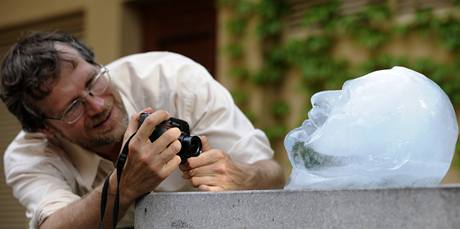 Busta prezidenta Václava Klause z ledu. (8.6. 2010)