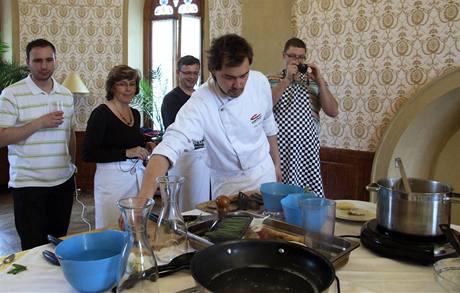 Kluk v akci vaří, ostatní přihlížejí